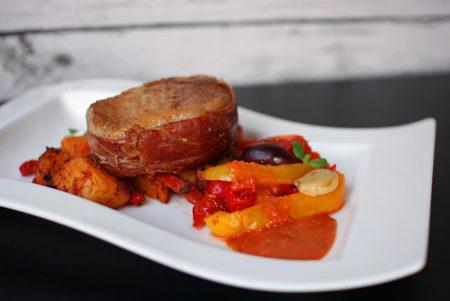 Iberico-porsaan ulkofilee espanjalaisittain, batatas bravas, mojete ja mojo rojo 1