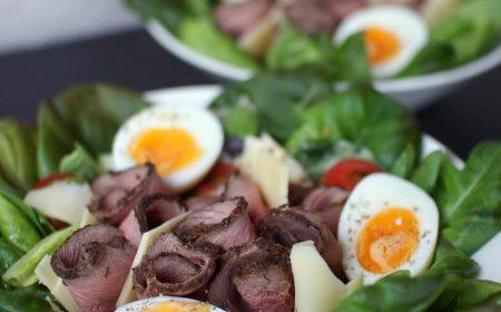 Salaatti saksanhirven paistisiivuilla ja tryffelijuustolla