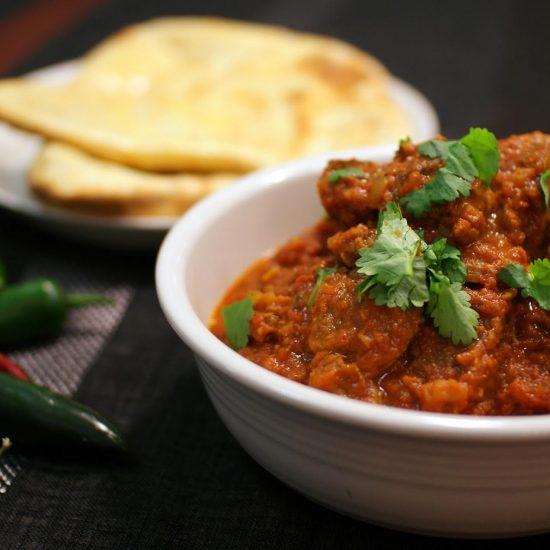 Tomaattinen curry karitsan entrecôtesta ja naan-leipä
